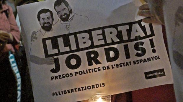 Unas 200.000 personas, según la Guardia Urbana, se han concentrado en el centro de Barcelona en protesta por el encarcelamiento de Jordi Sànchez y Jordi Cuixart.