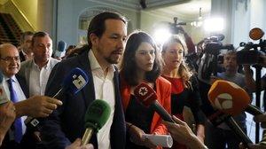 El secretario general de Podemos, Pablo Iglesias, junto a la candidata de Unidas Podemos-Izquierda Unida-Madrid en pie, Isa Serra