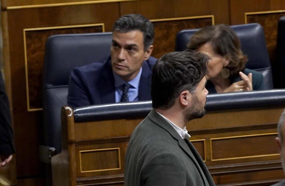 Gabriel Rufián pasa por delante del escaño de Pedro Sánchez en la sesión constitutivas de las Cortes.