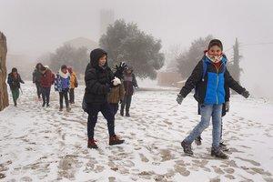 Unos niños juegan en la nieve en Pujalt (Anoia).