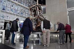 Unos visitantes del museu observan la antena de TV que coronaba la torre norte del World Trade Center de Nueva York.