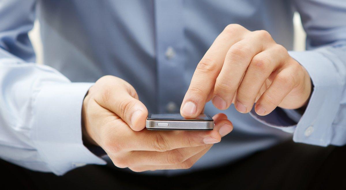 Un usuario consulta su móvil.