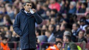 Valverde bebe un sorbo de agua mientras el árbitro consulta el VAR en el penalti de Suárez.