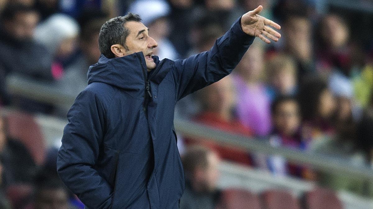 Valverde da instrucciones a sus jugadores en el Camp Nou durante el Barça-Levante.