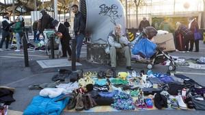 Vendedores y visitantes del conocido como mercado de la miseria de Barcelona.