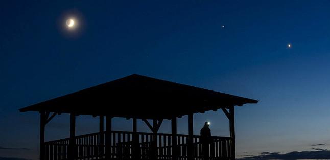 (De izquierda a derecha, en el cielo) - La luna, Júpiter y Venus son observados desde el mirador de Mogyorosi cerca de Salgotarjan en Hungría este pasado domingo.