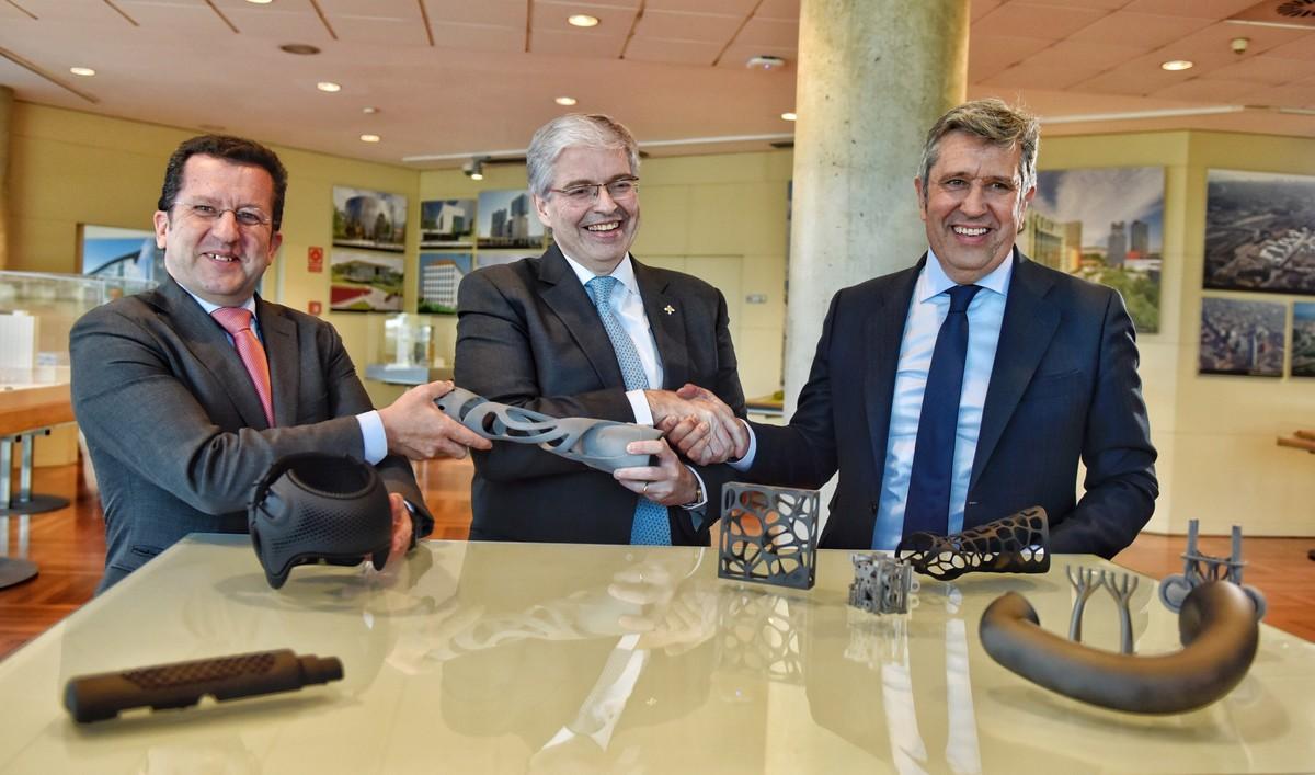 El vicepresident de Leitat, Joan Parra; el delegadodel Estadoen el Consorci de la Zona Franca de Barcelona,Jordi Cornet; y el director general de la Fundació Incyde,JavierCollado, presentan el proyecto de incubadora de impresión 3D en Barcelona.