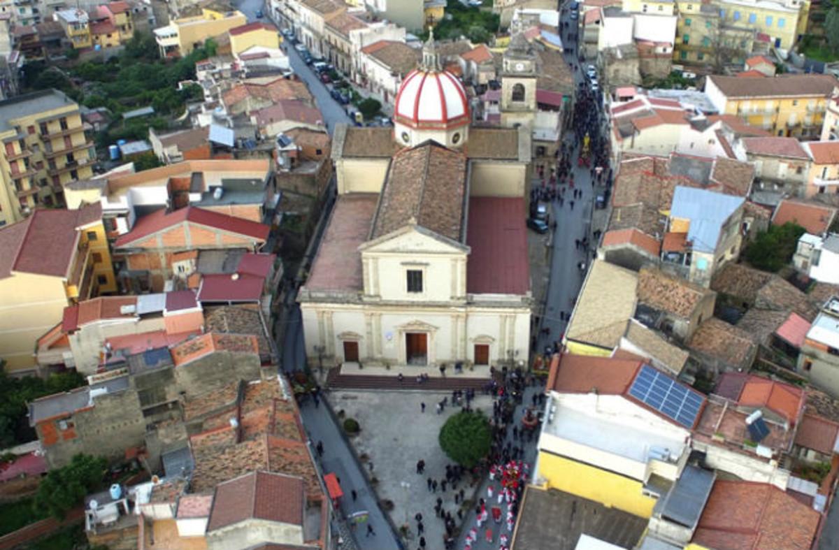 Vista aérea de Barcellona Pozzo di Gotto, en Sicilia (Italia), cuyo origen se remonta a la Corona de Aragón.