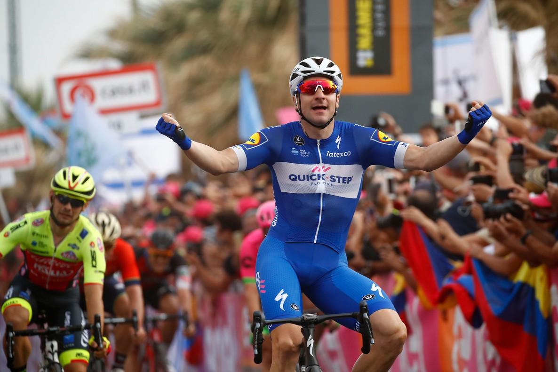 Elia Viviani se impone en la segunda etapa del Giro, en Tel Aviv.