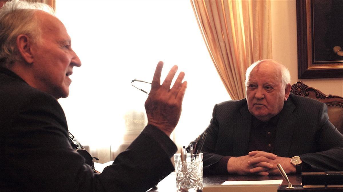 Werner Herzog y Mijaíl Gorbachov, en un fotograma del documental Meeting Gorbachev