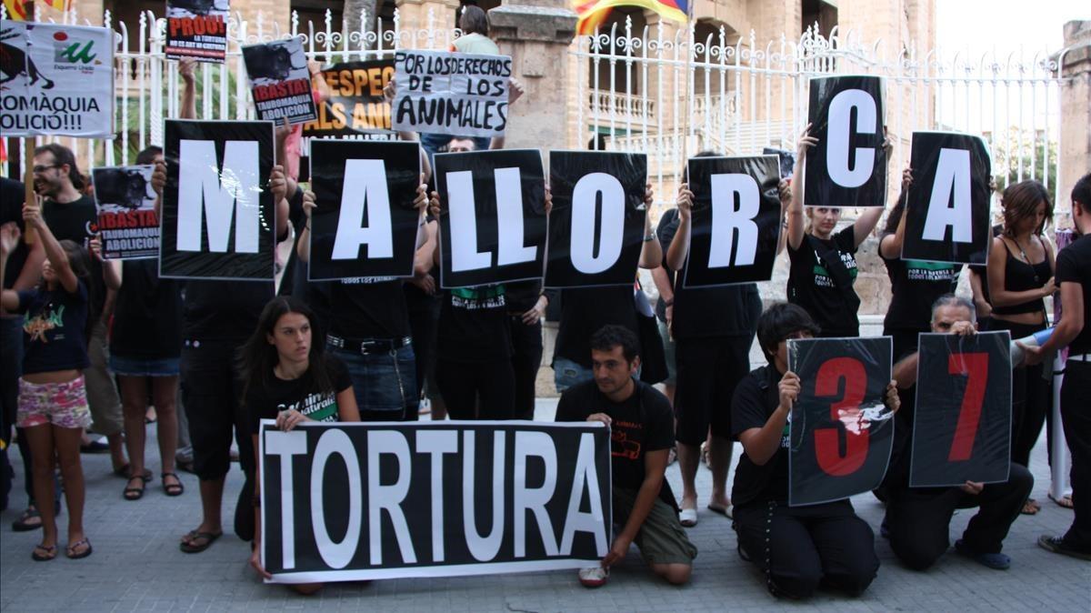 Grupos antitaurinos se concentran frente a la plaza de toros de Palma de Mallorca, en 2010.