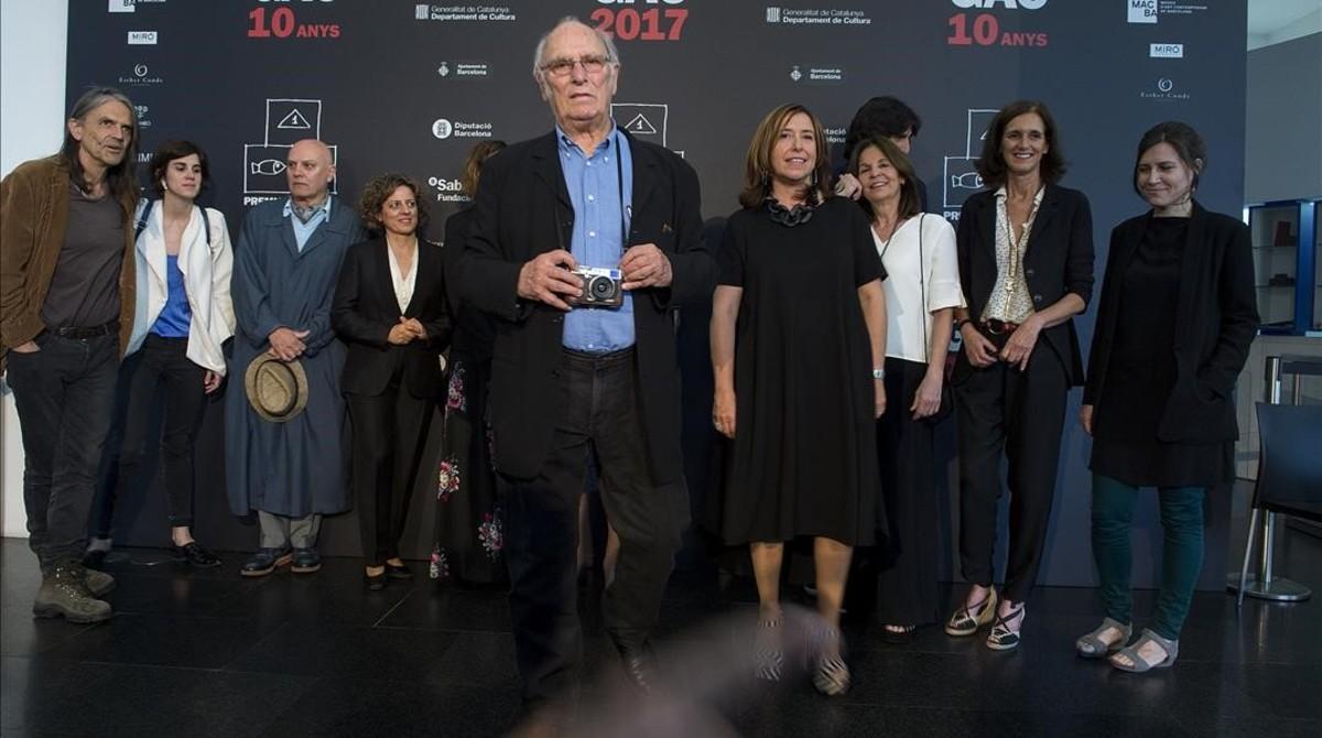 Fotografía de familia con todos los distinguidos en el décima edición de la Nit del Galerisme, ayer después de la entrega.
