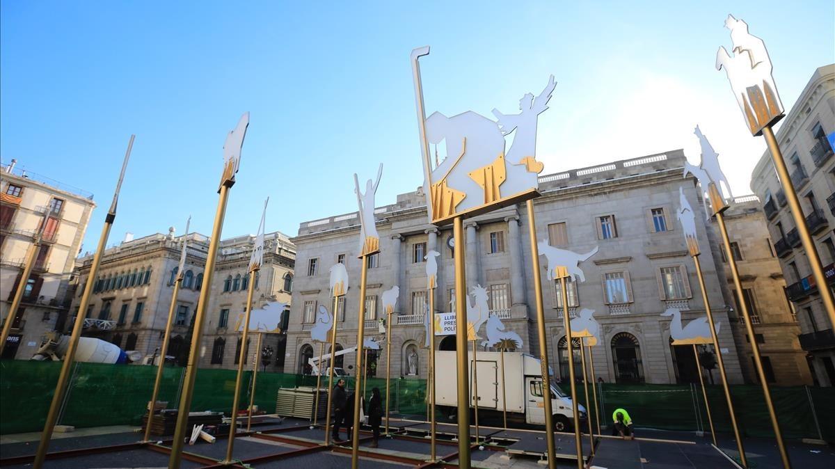 Montaje del tradicional belén en la plaza de Sant Jaume, esta mañana.