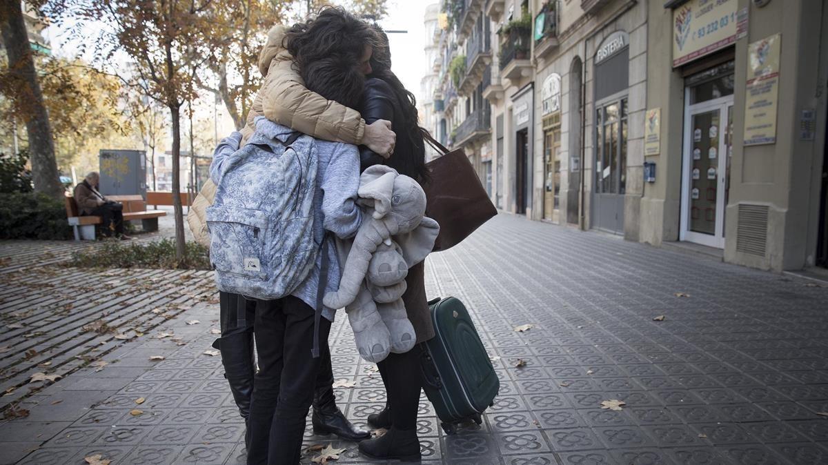 Beatriz, Nieves y Adrián, con su peluche, se abrazan tras el reencuentro, ayer en Barcelona.