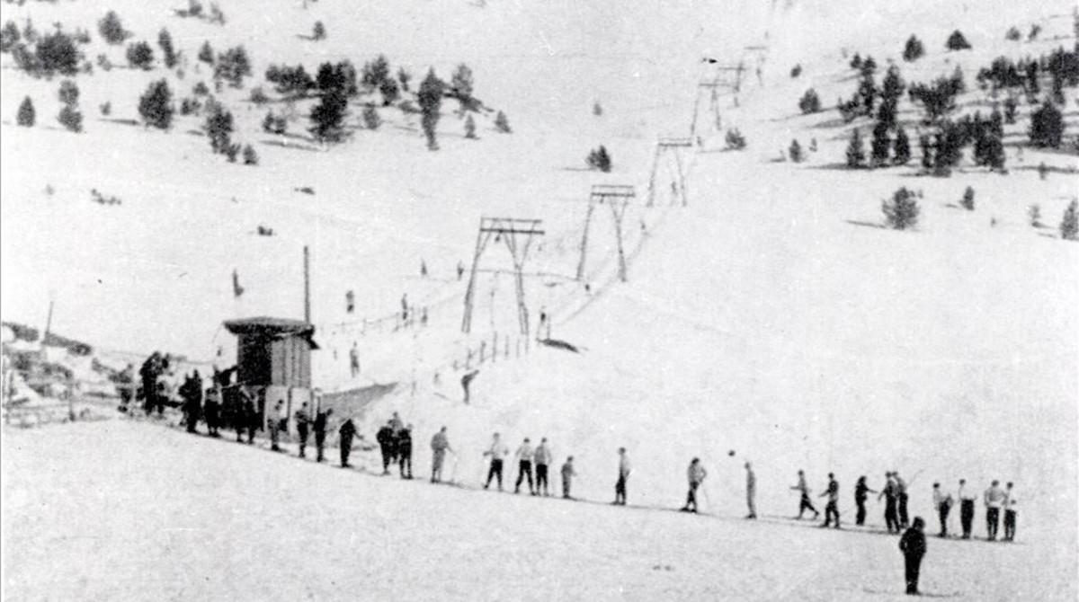 Primeros esquiadores en las pistas de La Molina en 1943.