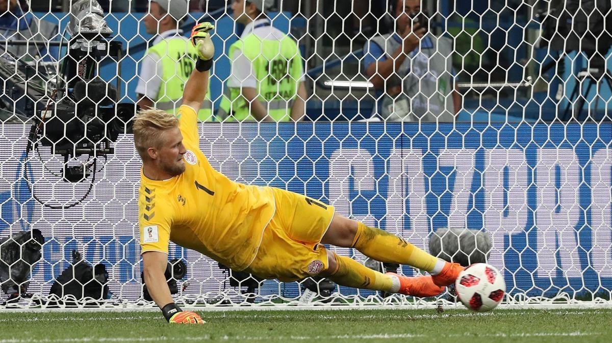 Kasper Schmeichel detiene el penalti de Modric en la prórroga del Croacia-Dinamarca.