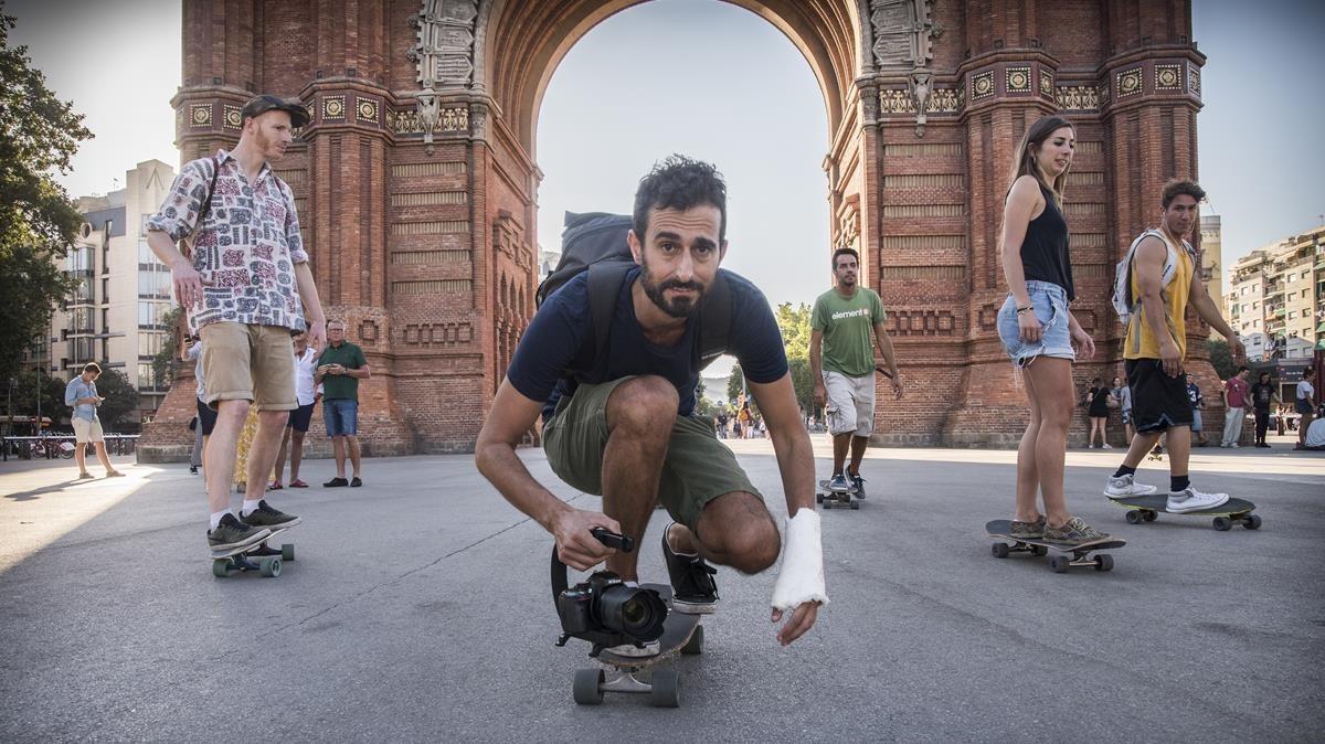 Alberto Carboni (agachado, con cámara), durante uno de sus skate toursen Arc de Triomf.