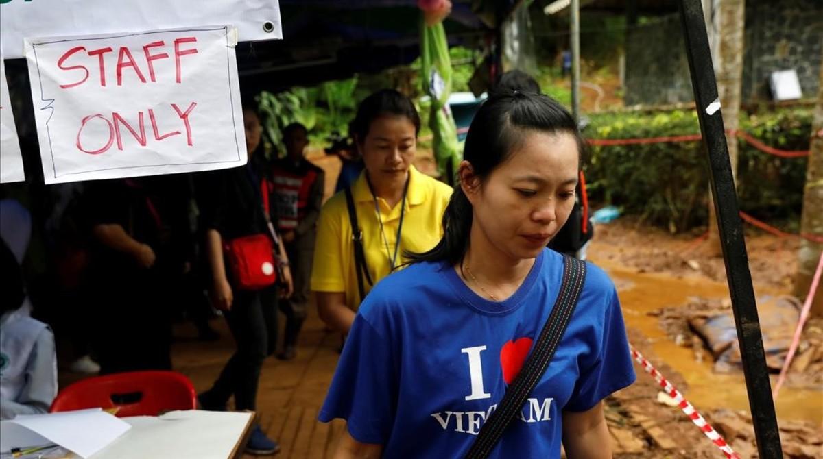 Una mujer del equipo de rescate de los menores atrapados en una cueva de Tailandia.