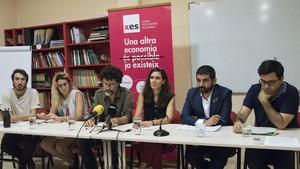 Los representes de la XES y RIPESS, acompañados por el conseller Chakir El Homrani y el primer teniente de alcalde de Barcelona, Gerardo Pisarello.
