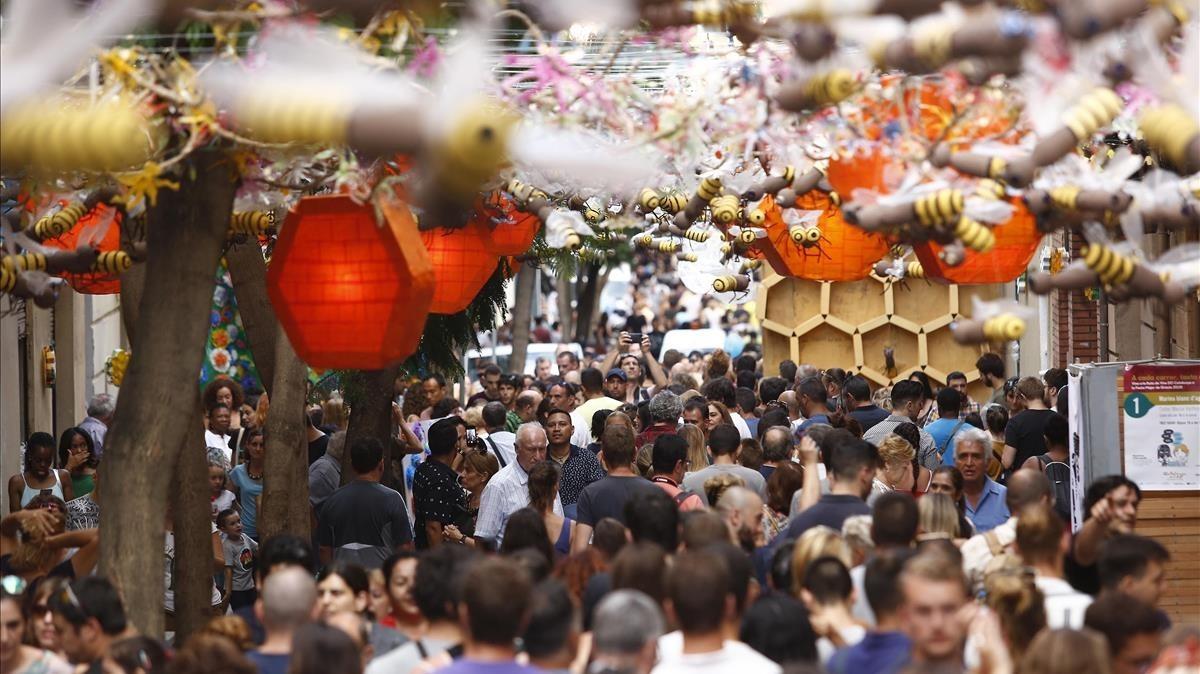 La calle de Joan Blanques durante las fiestas de Gràcia de este 2018.