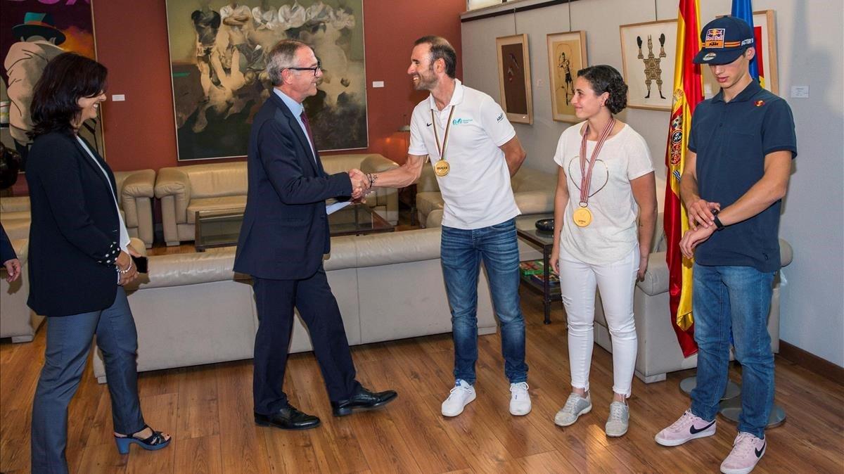 Rienda (SCD) y el ministro Guirao saludan a los tres campeones del mundo.