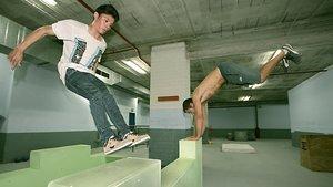 Josep (boca abajo, el director de Ourpark) hace parkour con Raidberg en el gimnasio de Sant Andreu.