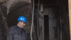 Un operario trabaja en el desescombro del edificio siniestrado de la calle Marquès de Mont-roig de Badalona.