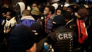 La policía desaloja a decenas de inmigrantes que habían acampado en las cercanías de Saint-Denis.