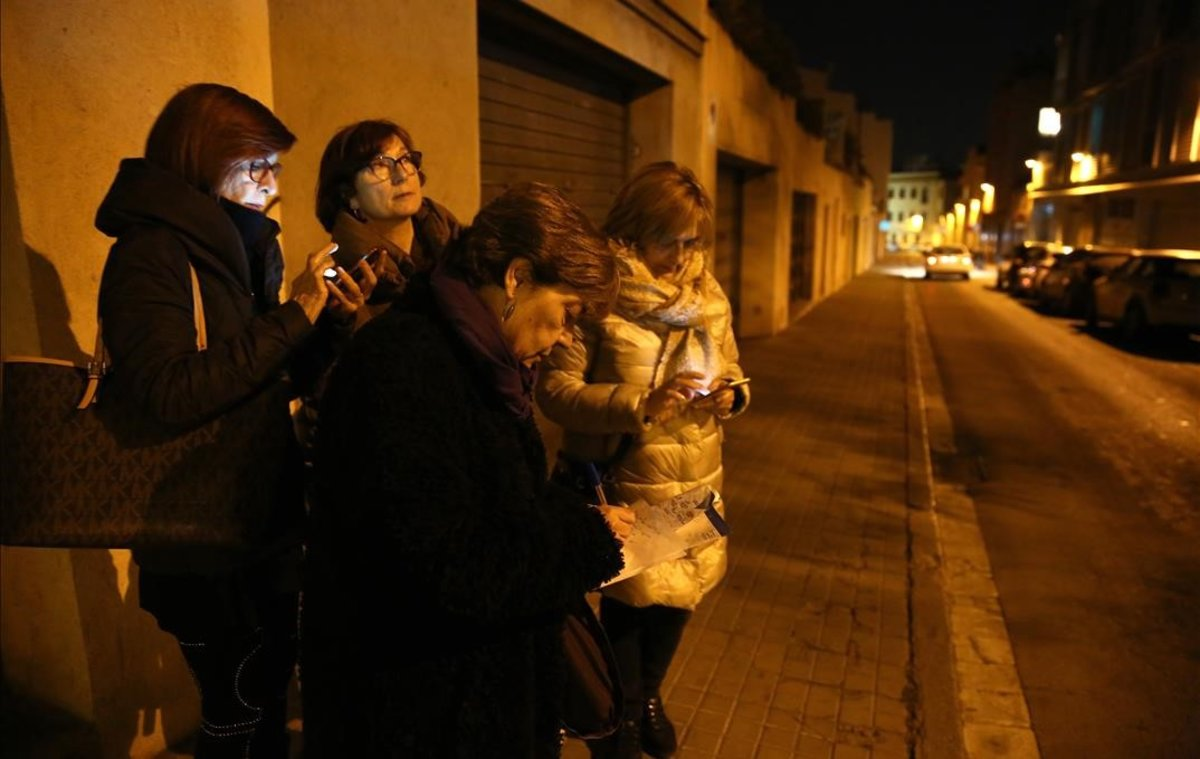 Un grupo de mujeres detecta una calle mal iluminada en el centro de Mataró.