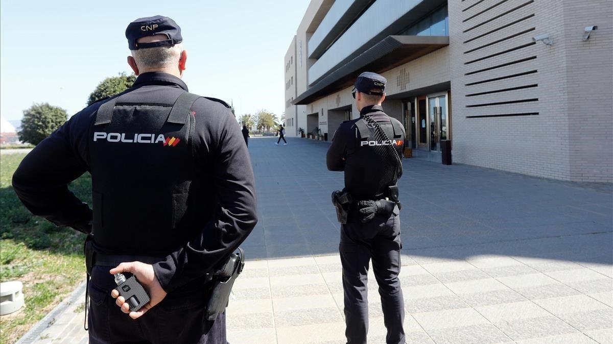 Dos policías nacionales ante la Audiencia de Castellón, ayer.
