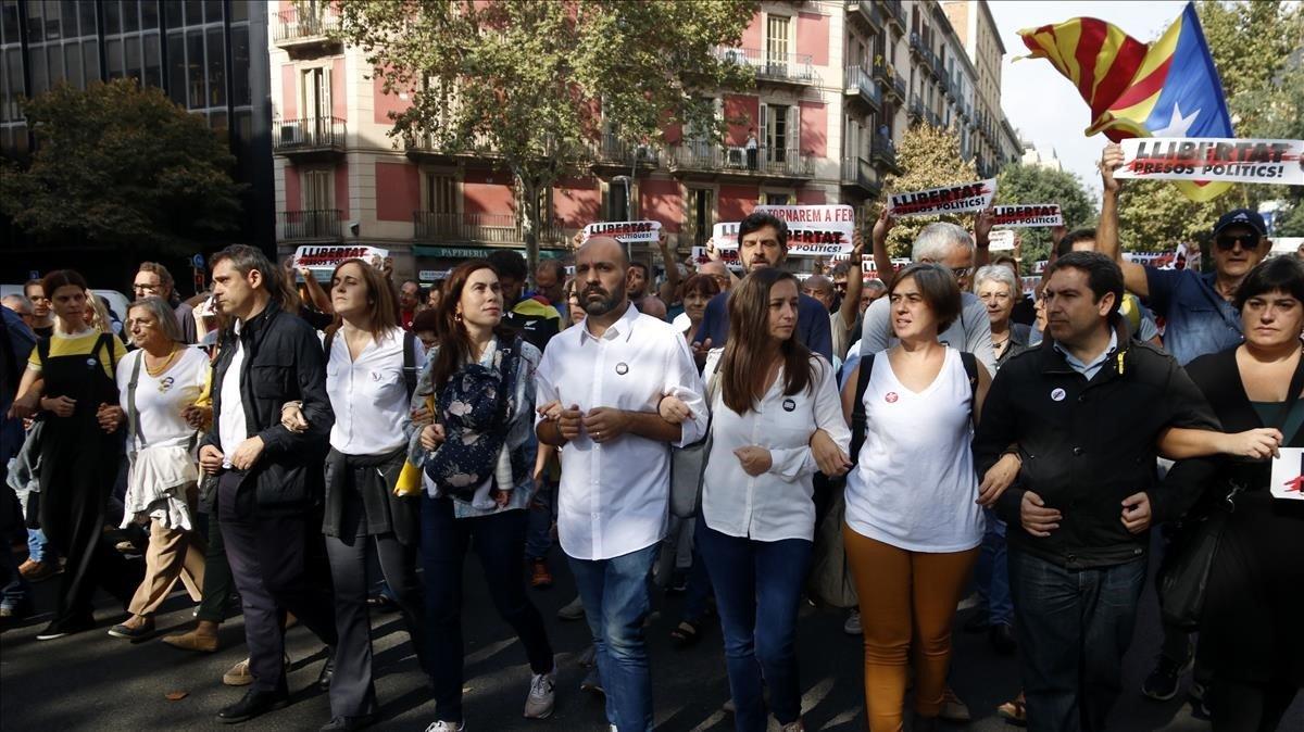 Manifestación contra la sentencia con el vicepresidente Marcel Mauri y la pareja de Jordi Cruixart, Txell Bonet.