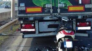 Choque mortal de una moto contra un camión, hace unas semanas en Barberà del Vallès.