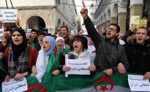 Algèria acumula un any de protestes