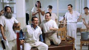 La escena en que McMurphy entusiasma a los internos de 'Alguien voló sobre el nido del cuco'.