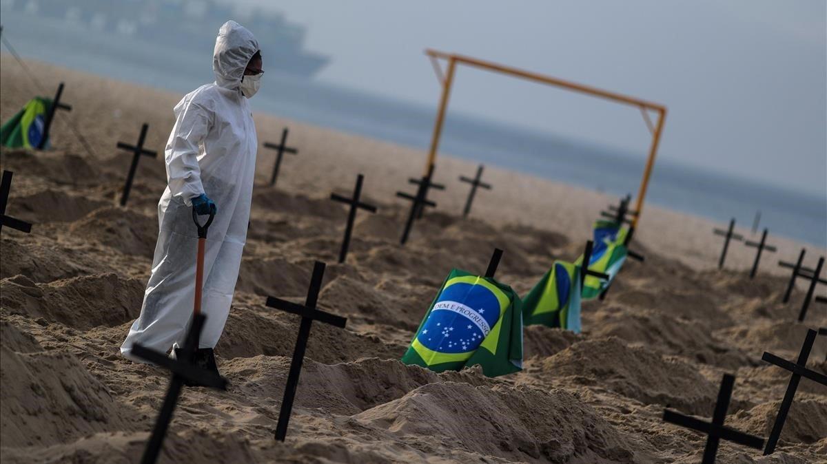 Activistas de una oenegé clavan 110 cruces en la playa de Copacabana como forma de denunciar los errores de gestión de Bolsonaro.