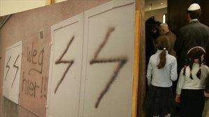 Varias personas entran en una sinagoga para rezar por la tolerancia y en solidaridad con una guardería judía atacada en Berlín el 1 de marzo del 2007.