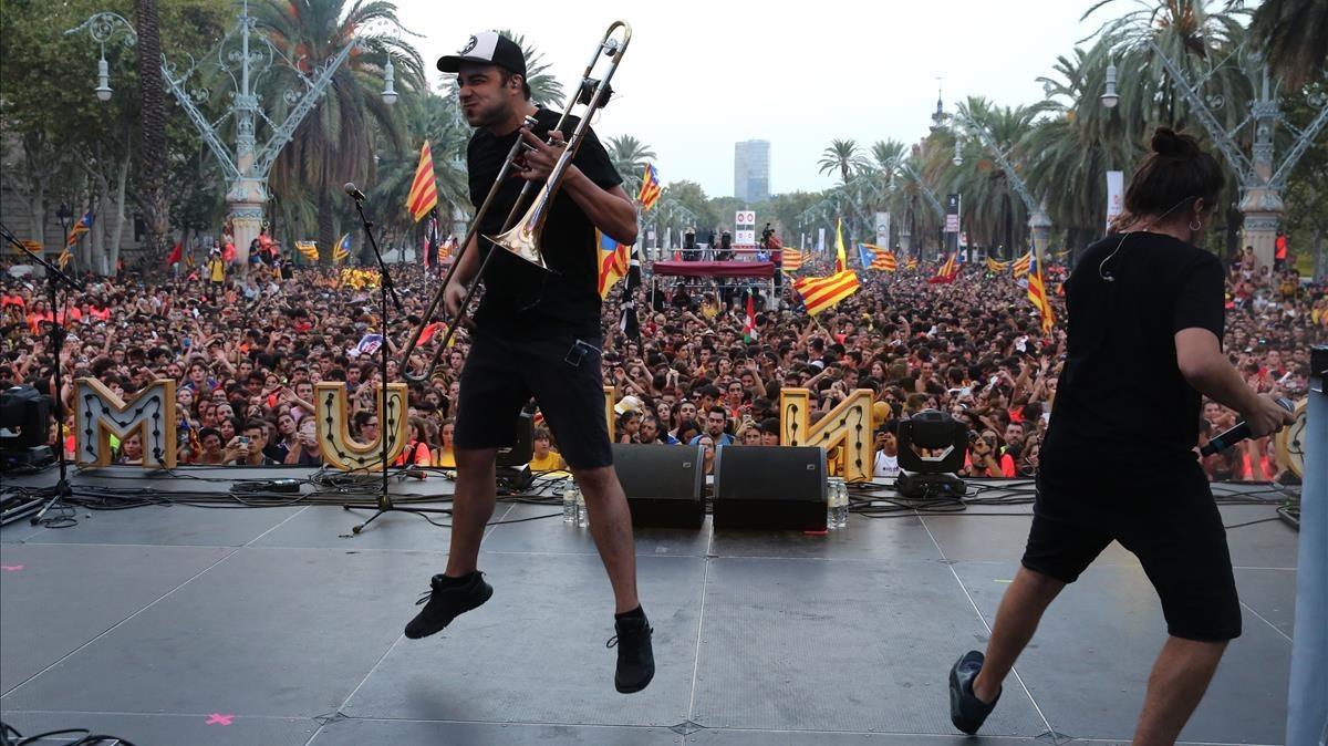 Zoo y Macaco actúan en el concierto por la libertaden el paseo deLluis Companys