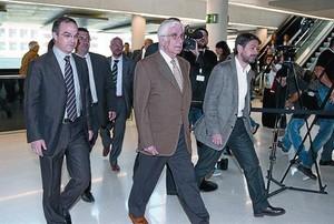 Daniel Osàcar, arropado por Jordi Turull y Oriol Pujol, a su llegada a la Ciutat de la Justícia.