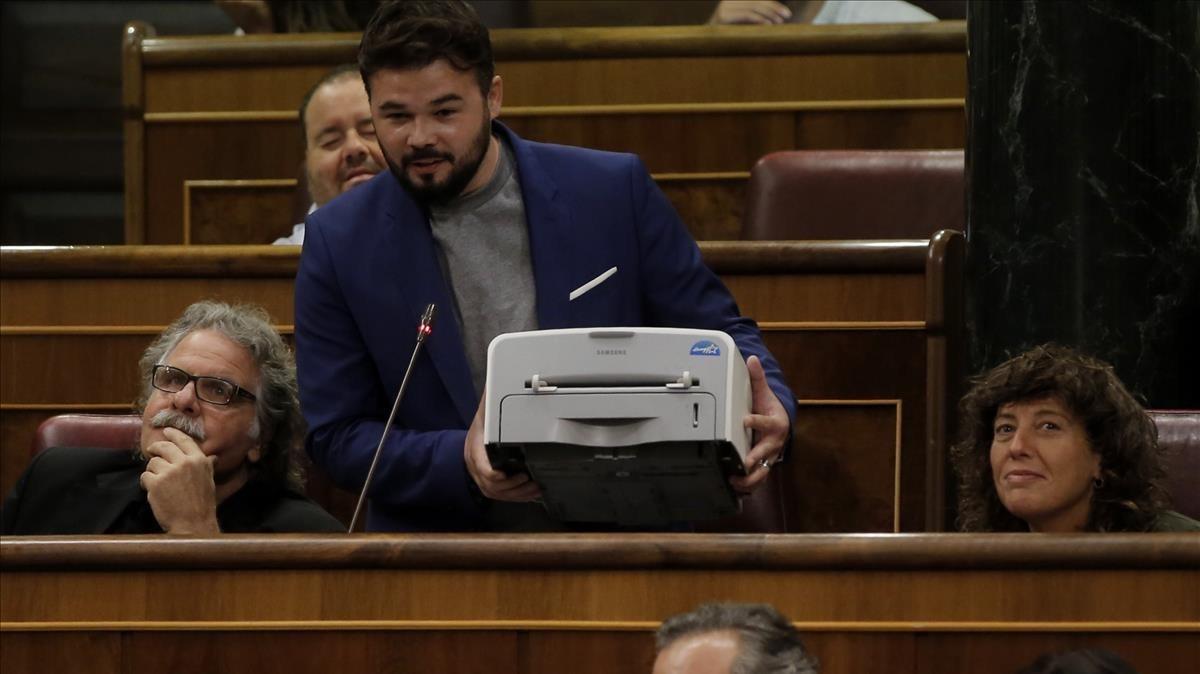 Rufián muestra una impresora durante la sesión de control al Gobierno, este miércoles.