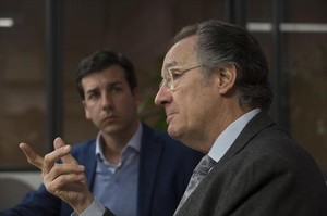 <b>EN FAMILIA.</b> <br/>Albert Campabadal, padre e hijo, en la estancia del consejo de redacción de EL PERIÓDICO.