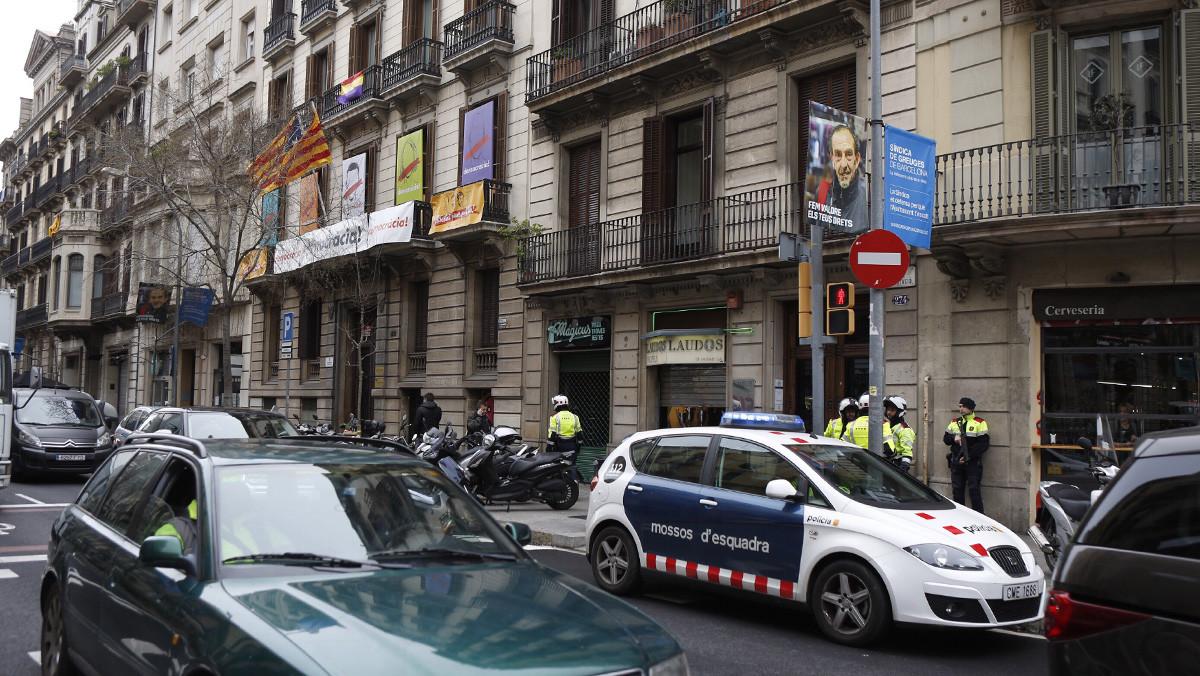 Agentes de los Mossos ante la sede de Òmnium Cultural, en Barcelona.