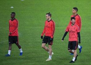 Isco (d) durante el entrenamiento del Madrid en Roma este lunes.