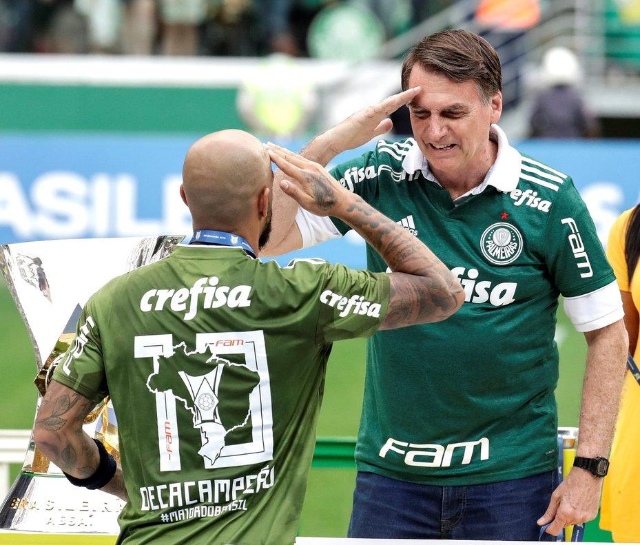 El presidente electo de BrasilJair Bolsonarosaluda al jugador de Palmeiras Felipe Melo tras conseguir el titulo del Campeonato Brasilenoen el estadio Allianz Parqueen Sao Paulo.EFESebasti o Moreira