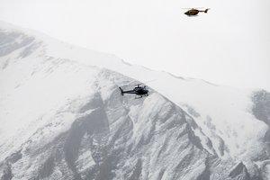 Dos helicópteros patrullan sobrelos Alpes franceses durante un rescate.