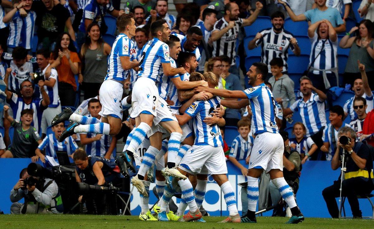 Los jugadores de la Real Sociedad celebran con Odegaard el primer gol ante el Atlético.