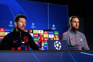 El técnico atlético Diego Simeone (i) en rueda de prensa junto al portero Oblak.