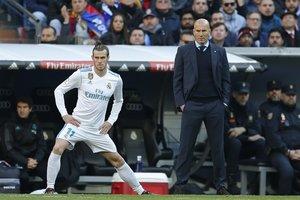 Gareth Bale (i) junto a Zidane durante un partido del Madrid.