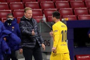 Koeman saluda a Messi tras la derrota ante el Atlético.