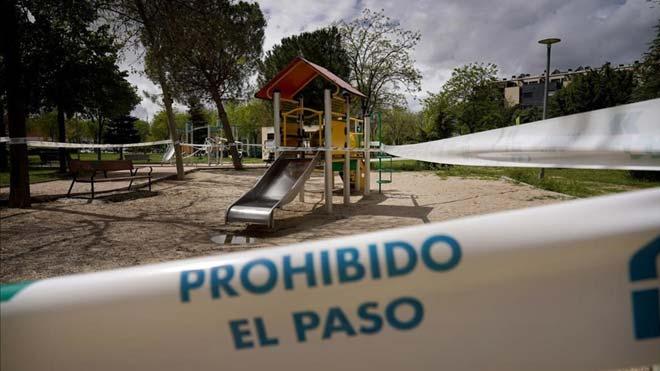 855.000 madrileños se preparan para las restricciones por el repunte del COVID. En la foto, un parque infantil cerrado.