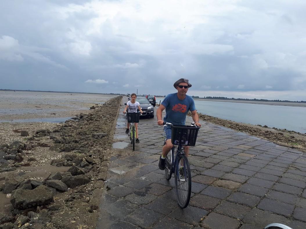 Unos cicloturistas atraviesan el Pasaje del Gois el pasado jueves.